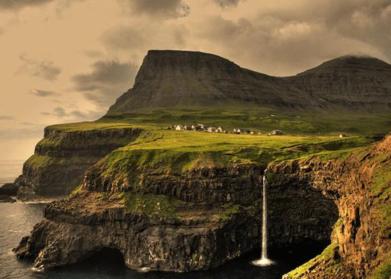Фарерские острова. Население деревни 16 человек. Несколько домов стоят пустые
