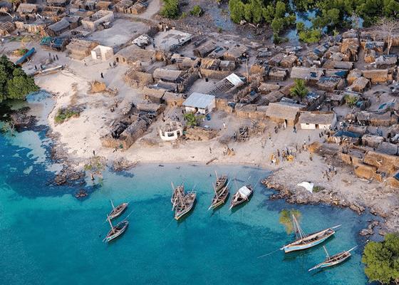 Красивый вид на африканскую деревню у океана