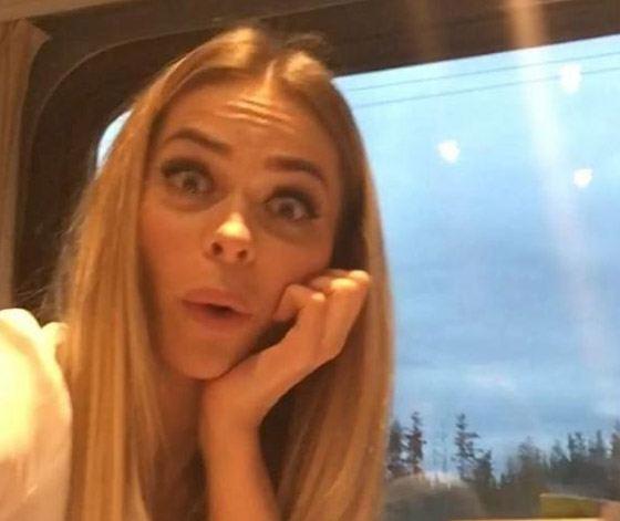 Анна Хилькевич сама себя развлекает в поезде