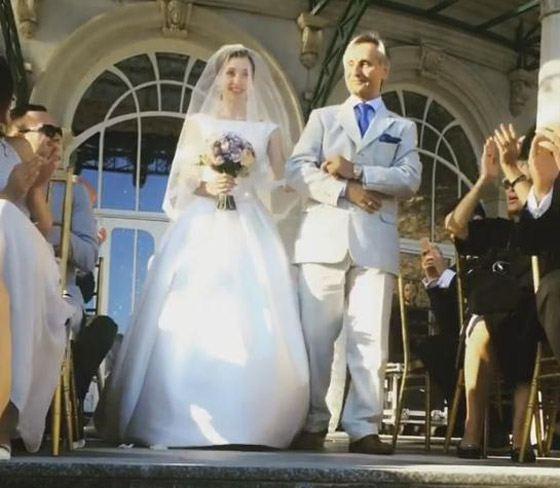 Невесту вывел отец