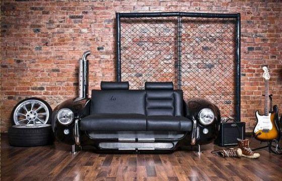 Диваны и кресла с запчастями машин выглядят оригинально