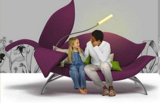 Цветочный диван снабжен удобным светильником