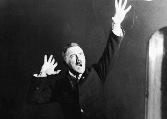 Адольф Гитлер репетирует речь, 1925.
