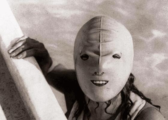 Женщина, в маске для плавания, 1920.