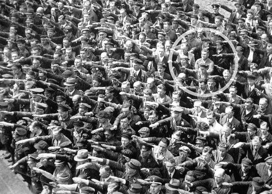 Мужчина в толпе отказывается приветствовать нацистов, 1936.