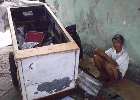 Джакарта, Индонезия - более 30 000 человек не имеют крыши над головой