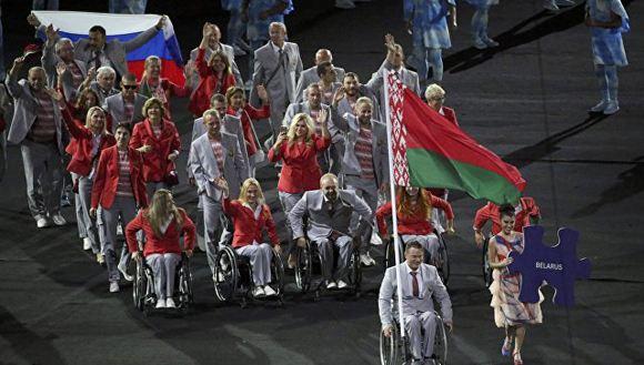 На открытии Паралимпиады белорусы пронесли российский флаг