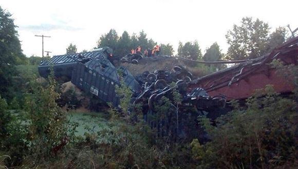 Из-за обрушения моста под Саратовом частично сошел с рельсов поезд