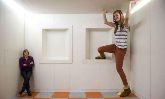 Оптическая иллюзия «Комната Эймса»