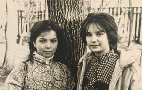 Школьные годы Чулпан Хаматовой (на фото справа)