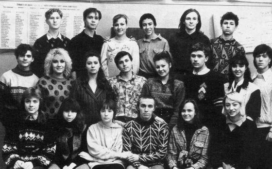 Школьное фото Чулпан Хаматовой (нижний ряд, третья слева)