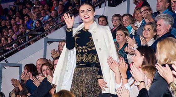 Алина Кабаева приветствует зрителей