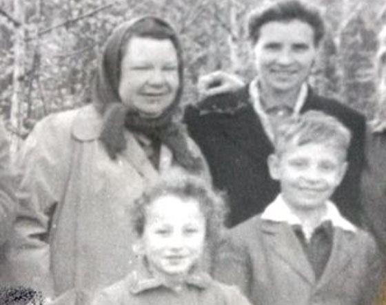 Борис Моисеев с мамой (левая, сверху)