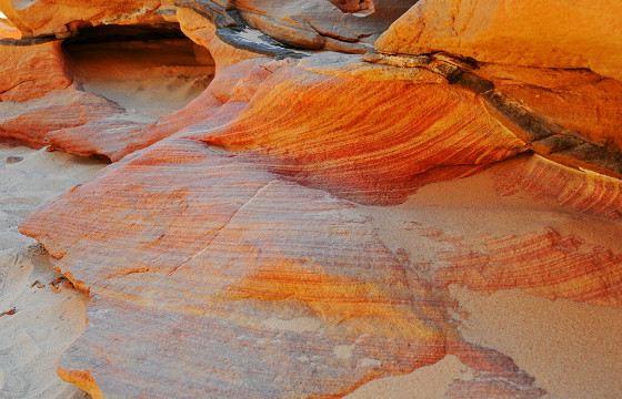 Камни разноцветного каньона будто раскрасил художник