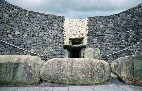 Камни у входа в гробницу украшает спиралевидный узор