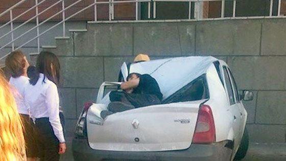 Парень упал на машину