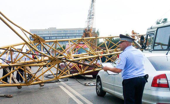 В Москве кран «стрела» упал на территорию детского сада