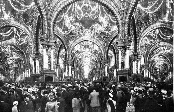 Парижский Дворец иллюзий с посетителями