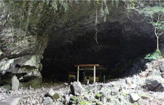 Пещера-грот Ама-но-Ивато, в котором пряталась богиня