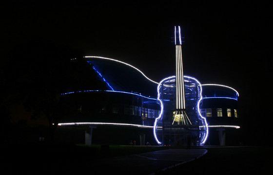 В ночное время здание украшает подсветка