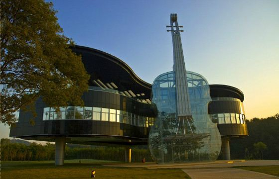 Дом «Рояль со скрипкой» выглядит очень эффектно