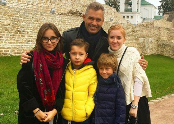 Павел Астахов с женой и детьми в Изборске