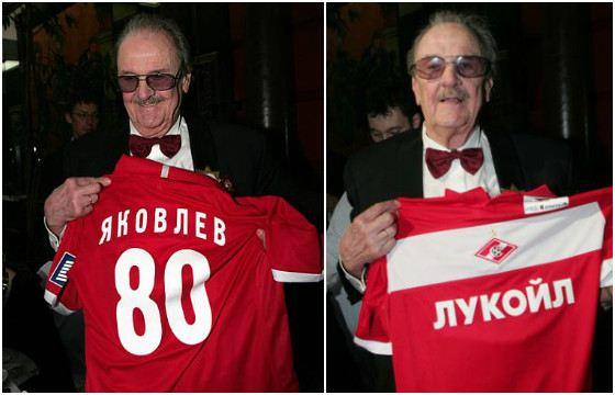 Клуб поздравил Яковлева с юбилеем именной футболкой