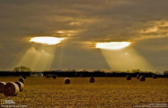 Бреши  в облаках похожи на два внимательных глаза