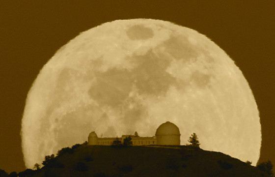 Луна может выглядеть нереально большой