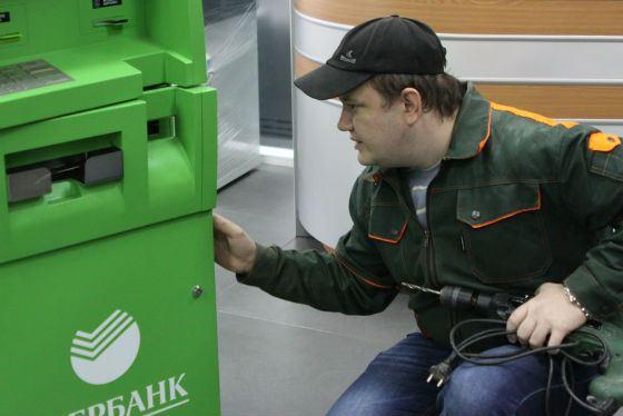 Мошенники сверлят дырку в корпусе банкомата и подключают специализированное ПО
