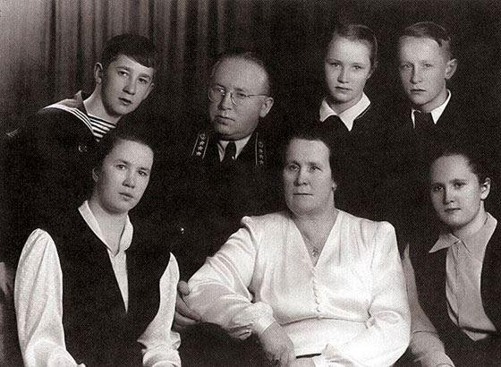 Виктор Геращенко с родителями, братьями и сестрами (справа)