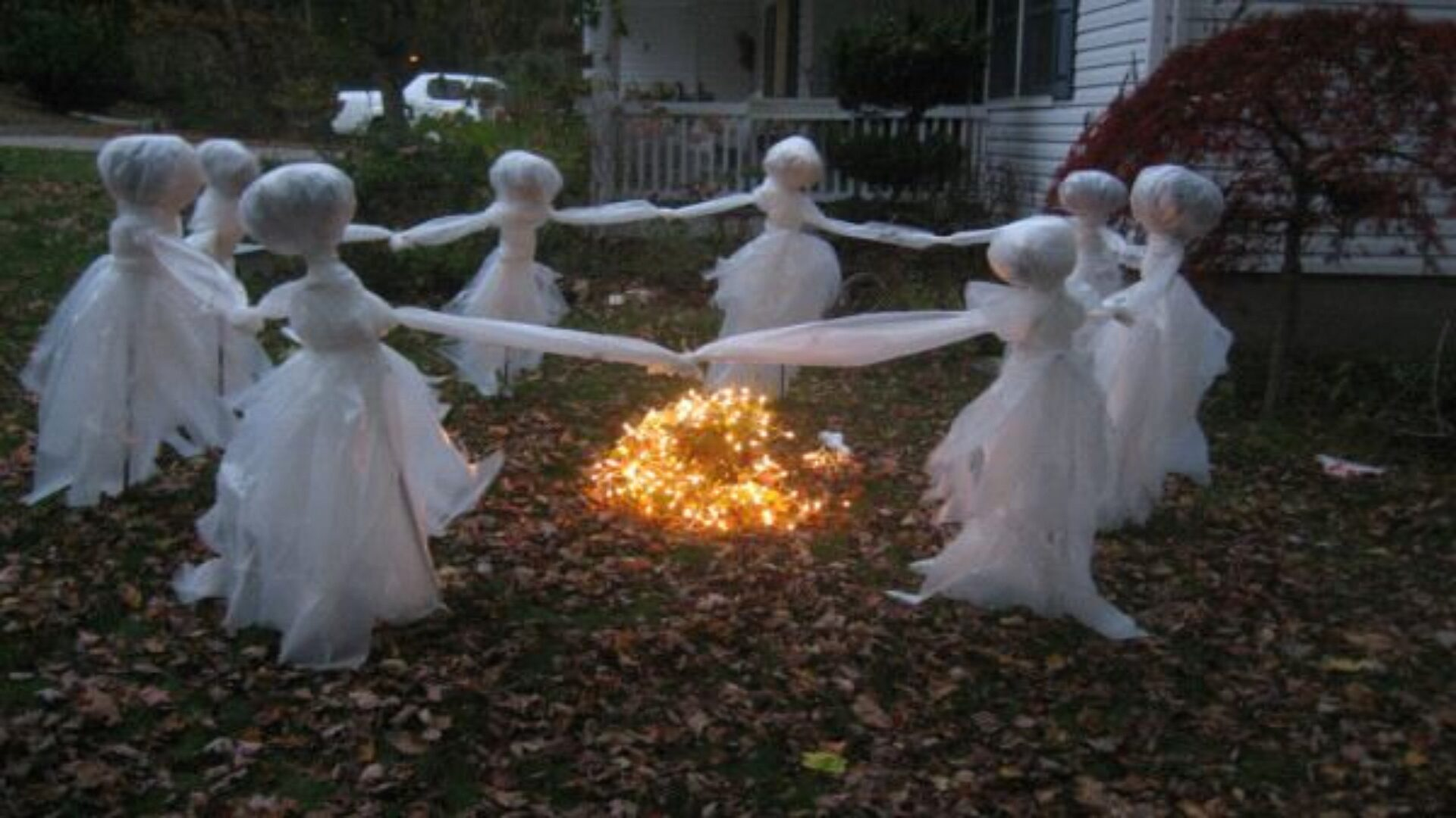 На Хэллоуин украшают не только дома