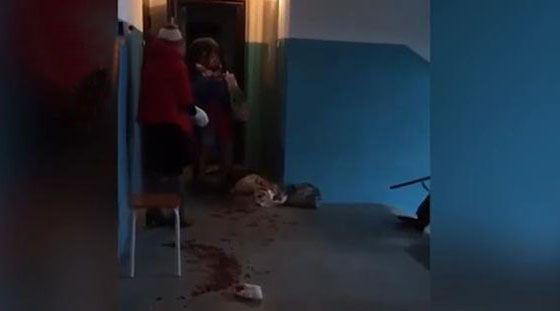 16-летняя школьница, стоя спиной к двери квартиры, держит у горла 11-летнего мальчика нож
