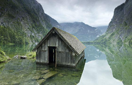 Маленький домик в горах будит мечты об уединении