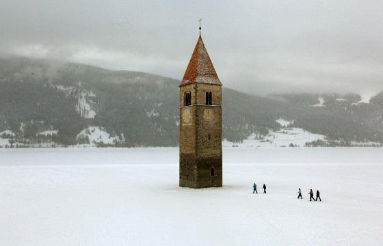Подойти к башне можно только зимой