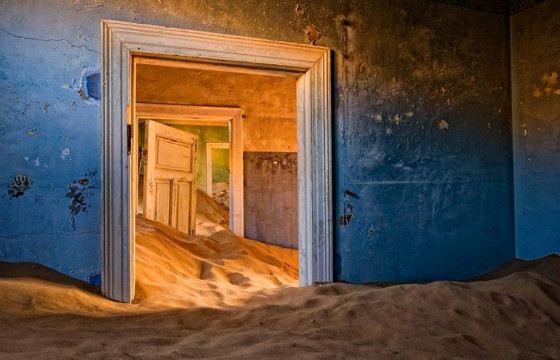 Теперь в домах гуляет песок
