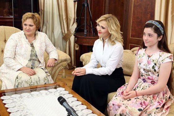 Мама Пелагеи (на фото слева) поддерживает дочь во всех начинаниях