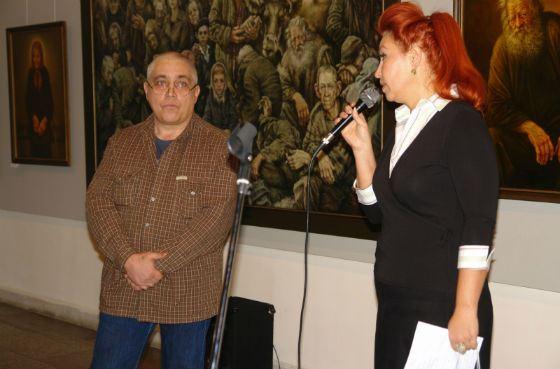 Художник Константин Дверин на выставке своих работ
