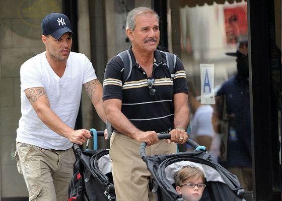Отец Рики Мартина проводит время с сыном и внуками