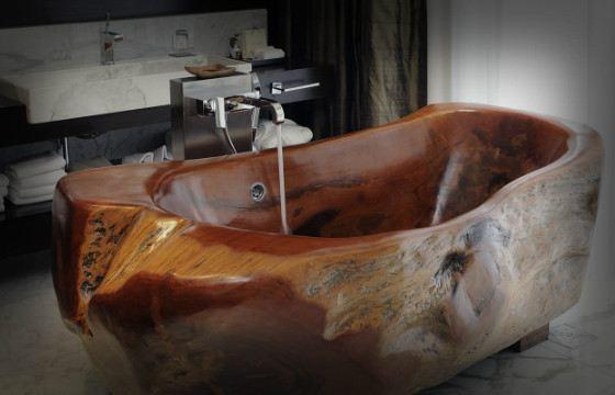Ванна из древесного массива выглядит необычно