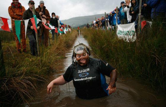 В торфянике в Лланвртид-Уэлсе проходит Всемирный чемпионат по нырянию в болото