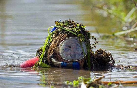 видеть знакомого в грязной воде