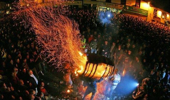 Традиция носить горящие бочки появилась в Средние века