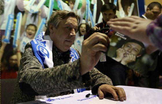 Болельщик «Спартака» Михаил Ефремов раздает автографы в шарфе «Динамо»