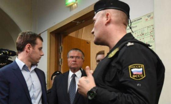 По данным ВЦИОМ, 54% россиян считают дело Улюкаева «показухой»