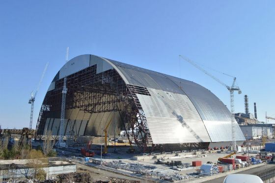 Installation of the sarcophagus in Chernobyl