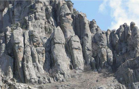 Склоны горы Демерджи напоминают застывших великанов