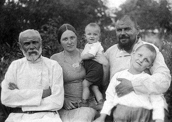 Детское фото Николая Дроздова (в центре)