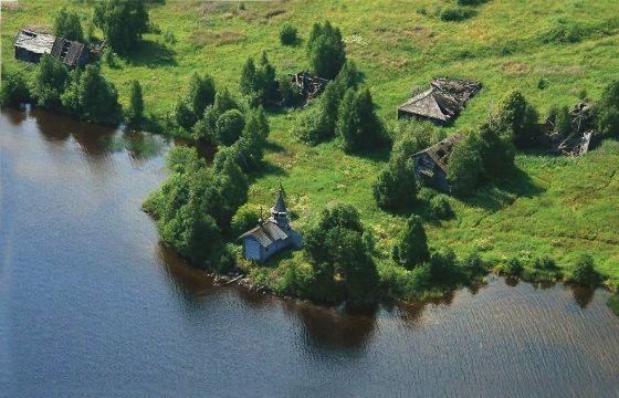 На берегу Онежского озера стоит деревянная крипта