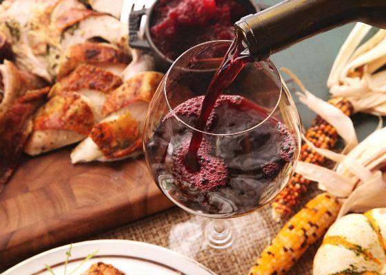 В бокале сухого красного вина содержится почти 100 калорий